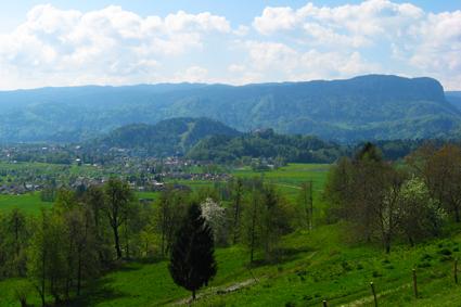 Blick auf das Schloss von Bled und Straža von Hom aus
